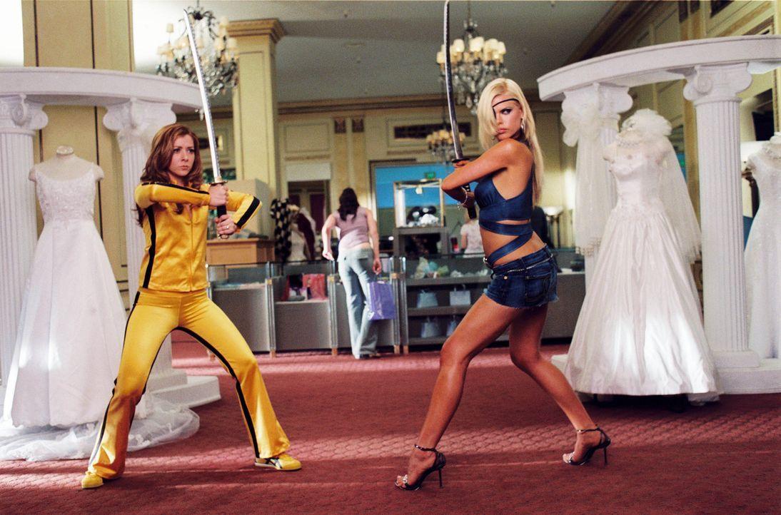 Endlich ist es Julia (Alyson Hannigan, l.) gelungen, einen Mann aufzutreiben, der sie sogar heiraten will. Da taucht Grants ehemalige Verlobte Andy... - Bildquelle: Epsilon Motion Pictures