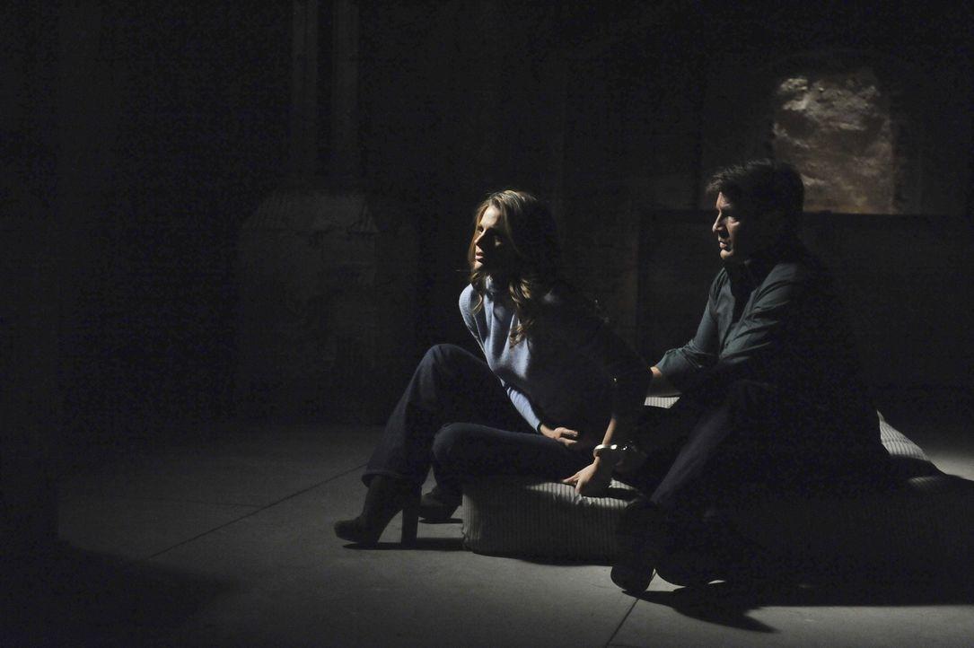 Befinden sich Richard Castle (Nathan Fillion, r.) und Kate Beckett (Stana Katic, l.) ernsthaft in Gefahr? Oder hat ihnen nur jemand einen bösen Stre... - Bildquelle: 2011 American Broadcasting Companies, Inc. All rights reserved.