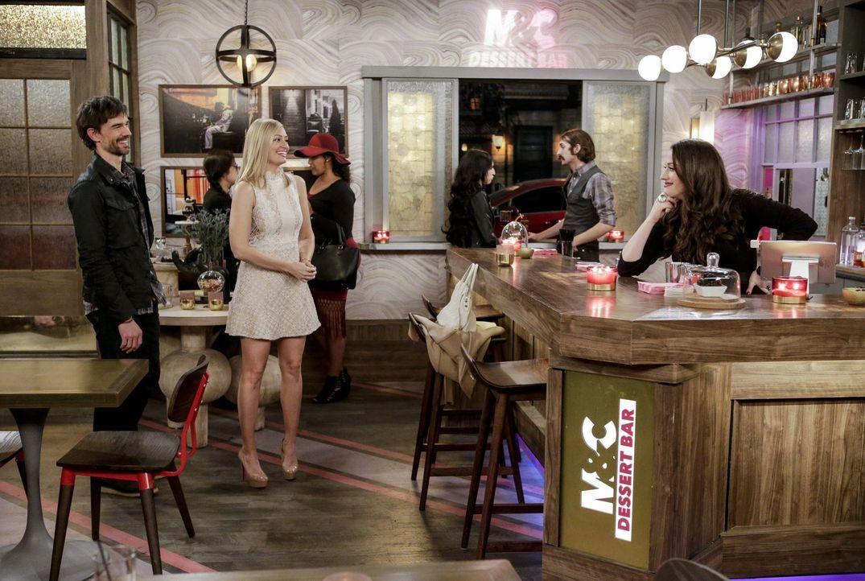 Eigentlich möchte Caroline (Beth Behrs, M.) Max (Kat Dennings, r.) nur ungerne abends alleine in der Dessertbar lassen, doch andererseits will sie d... - Bildquelle: Warner Bros. Television