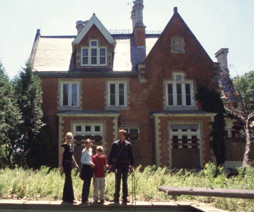Das Cold Greek Manor ist exakt der Landsitz, von dem die Tilsons, Cooper (Dennis Quaid, r.), seine Frau Leah (Sharon Stone, l.) und die Kinder Krist... - Bildquelle: Buena Vista Pictures Distribution. All Rights Reserved.