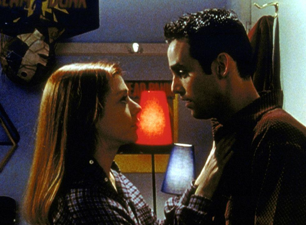 Willow (Alyson Hannigan, l.) ist Opfer eines Liebeszaubers. Nun bedrängt sie Xander (Nicholas Brendon, r.), der nicht weiß, wie er sich wehren soll. - Bildquelle: TM +   2000 Twentieth Century Fox Film Corporation. All Rights Reserved.