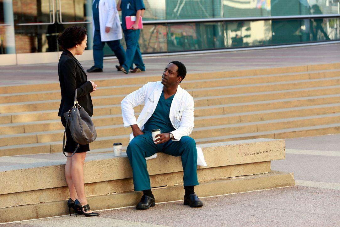 Durch das Zusammentreffen mit Burke (Isaiah Washington, r.) überdenkt Cristina (Sandra Oh, l.) ihre Zukunft im Grey Sloan Memorial Hospital, während... - Bildquelle: ABC Studios