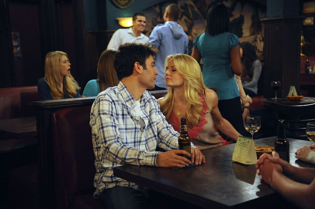 Wie wird es mit Zoey (Jennifer Morrison, r.) und Ted (Josh Radnor, l.) weitergehen? - Bildquelle: 20th Century Fox International Television