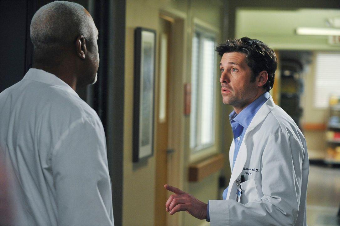 Webber (James Pickens, Jr., l.) ist ins Krankenhaus zurückgekehrt, um unter Dereks (Patrick Dempsey, r.) Leitung als Chirurg zu arbeiten. Wird das g... - Bildquelle: Touchstone Television