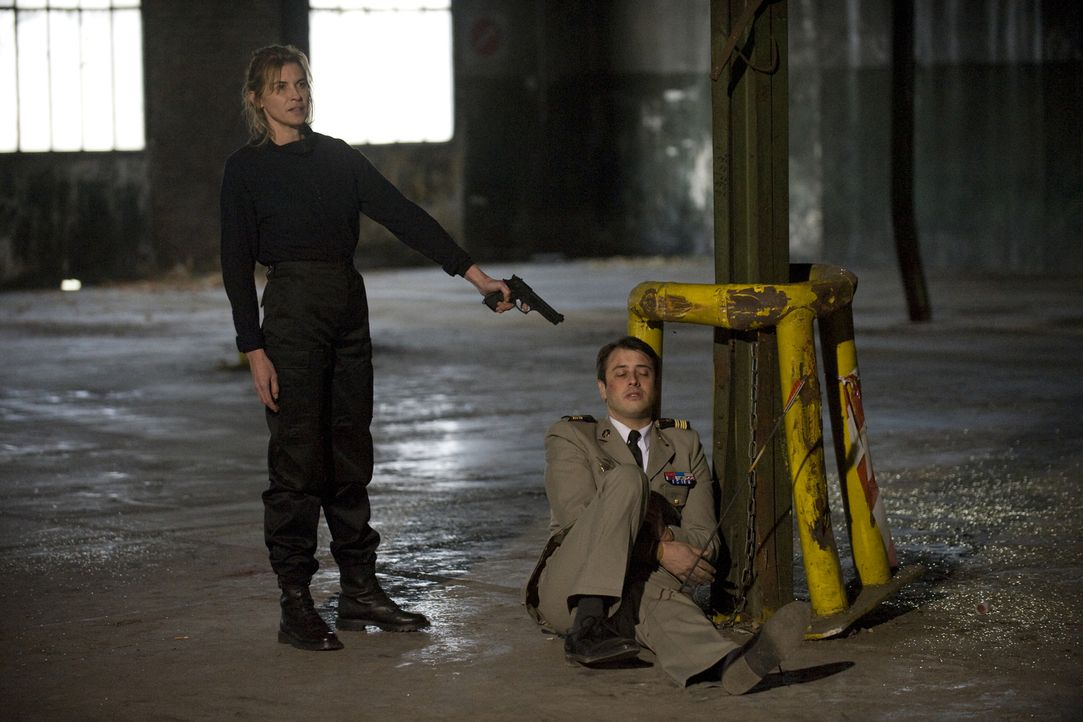 Die ehemalige Soldatin Marie Danglars (Laëtitia Lacroix, l.) nutzt Dimitri Ferrant (Benjamin Bourgois, r.) als Druckmittel. Werden Rocher und sein T... - Bildquelle: 2015 BEAUBOURG AUDIOVISUEL