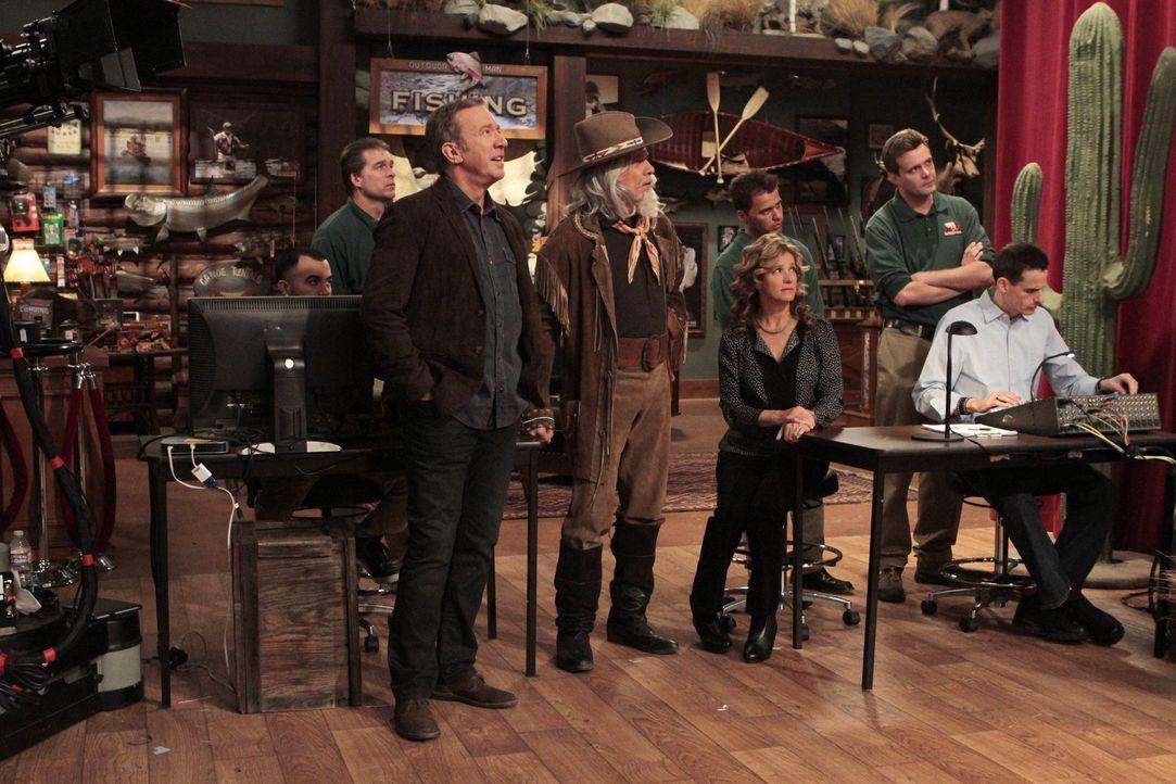 Die Regie der Wild West Show überlässt Ed (Hector Elizondo, 3.v.l.) Mike (Tim Allen, 2.v.l.), doch Vanessa (Nancy Travis, 3.v.r.) ist überhaupt nich... - Bildquelle: 2011 Twentieth Century Fox Film Corporation