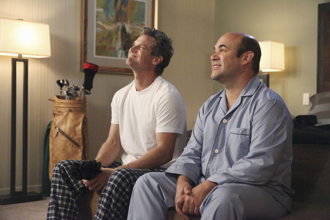 Nehmen an einen Golfturnier teil: Bobby (Brian Van Holt, l.) und Andy (Ian Gomez, r.) ... - Bildquelle: 2010 ABC INC.