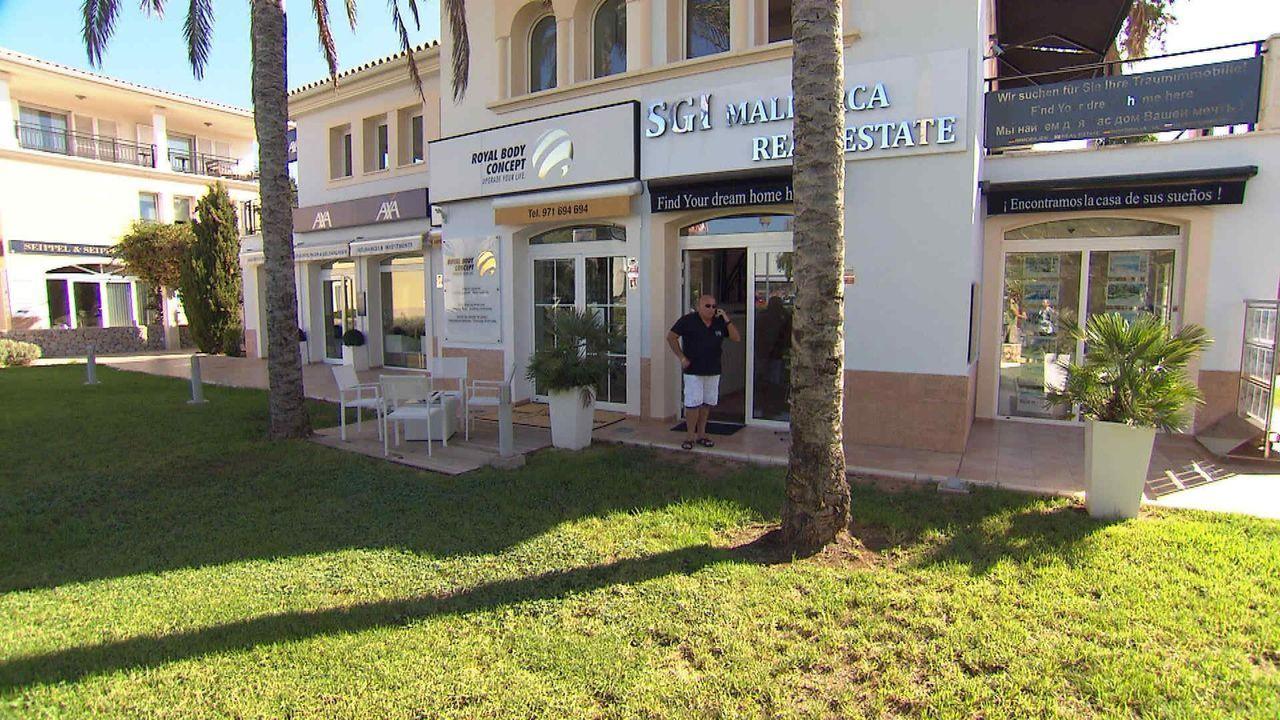 Während andere am Strand von Mallorca Urlaub machen, versucht er dort täglich, exklusive Immobilien zu verkaufen: Makler Hermann ... - Bildquelle: kabel eins