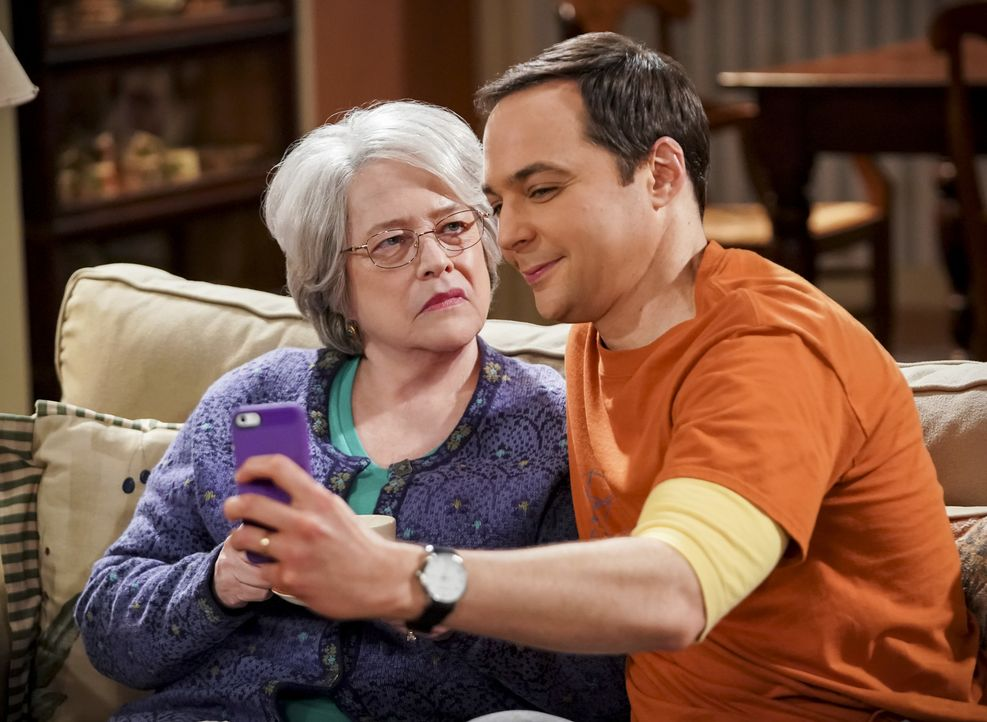 Mrs. Fowler (Kathy Bates, l.); Sheldon (Jim Parsons, r.) - Bildquelle: Sonja Flemming 2018 CBS Broadcasting, Inc. All Rights Reserved/Sonja Flemming