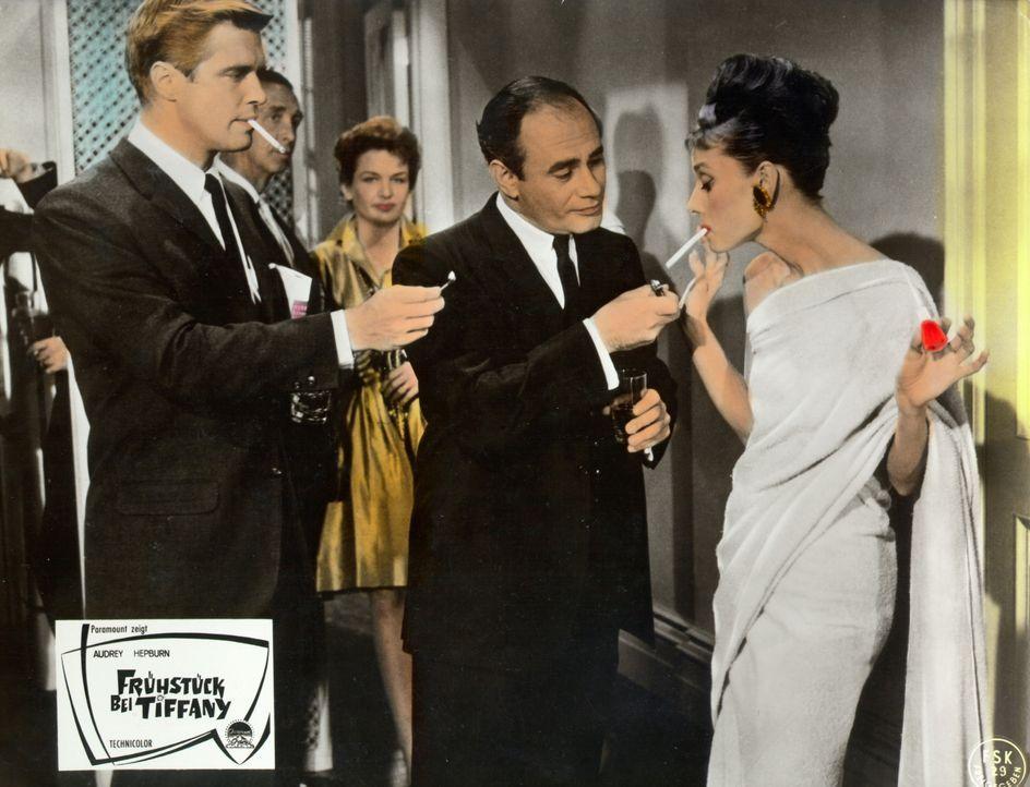 Der erfolglose Schriftsteller Paul (George Peppard, l.) und der bedeutende Hollywoodproduzent O. J. Berman (Martin Balsam, 2.v.r.) buhlen um die Gun... - Bildquelle: Paramount Pictures