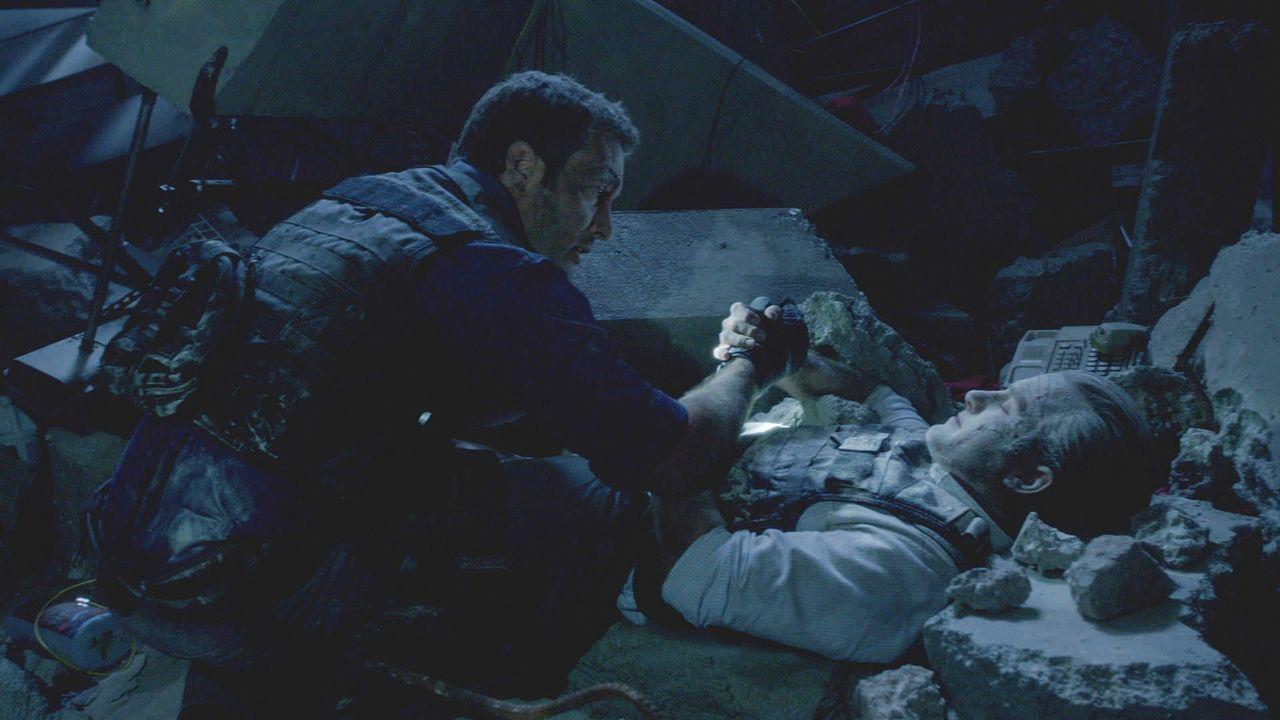Ein Wettlauf um Leben und Tod beginnt für Danny (Scott Caan, r.) und Steve (Alex O'Loughlin, l.) ... - Bildquelle: 2013 CBS Broadcasting Inc. All Rights Reserved