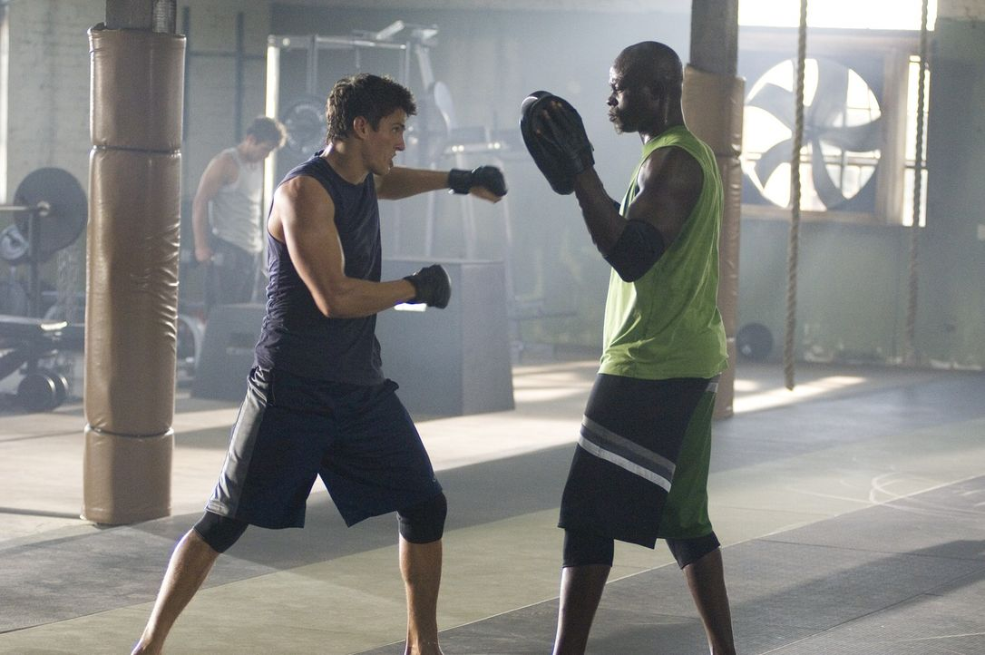Das tägliche Training mit Free Fight-Coach Jean Roqua (Djimon Hounsou, r.) zahlt sich aus. Jake (Sean Faris, l.) gewinnt nicht nur die Kontrolle ü... - Bildquelle: 2008 Summit Entertainnment N.V.  All rights reserved.