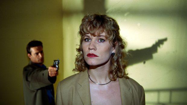 Stefan Lanz (Gedeon Burkhard, l.) bedroht seine Freundin Sylvia Hohenberg (An...