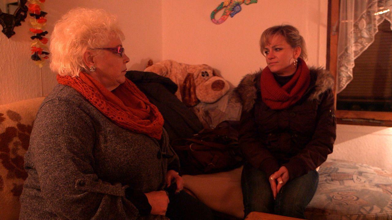 Hat Christinas (r.) Mutter Marlies (l.) etwas mit der Anzeige bei der Polizei zu tun? - Bildquelle: SAT. 1