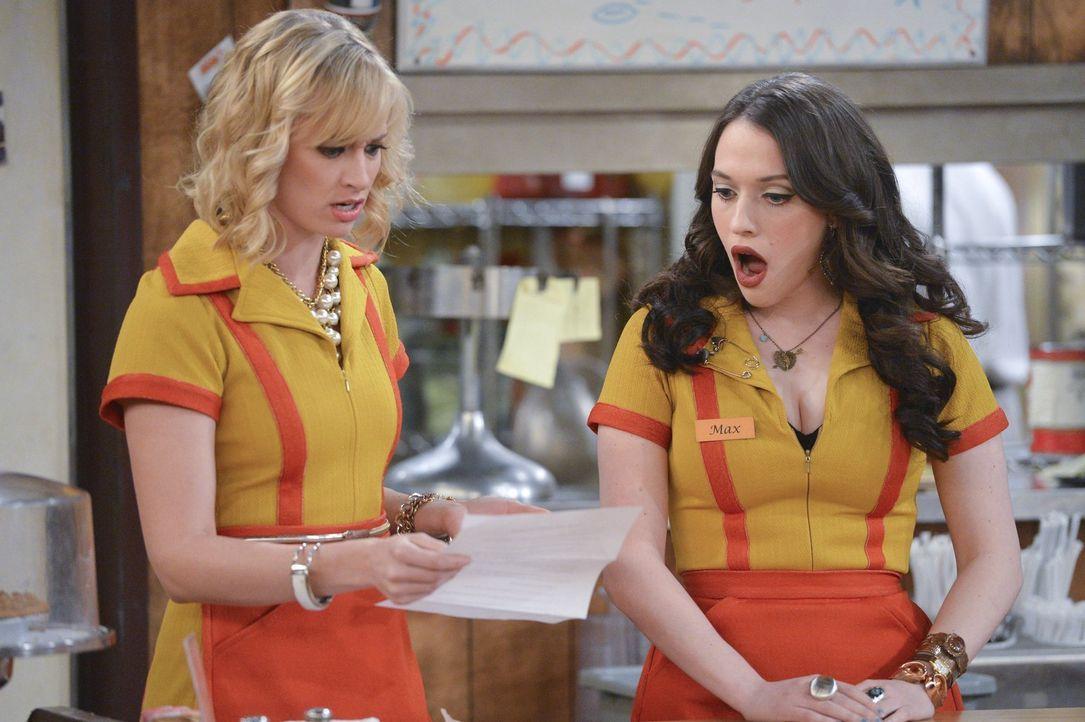 Als Caroline (Beth Behrs, l.) und Max (Kat Dennings, r.) herausfinden, dass Vorschulkinder ihre T-Shirt Idee geklaut haben, sind sie entsetzt und tr... - Bildquelle: Warner Bros. Television