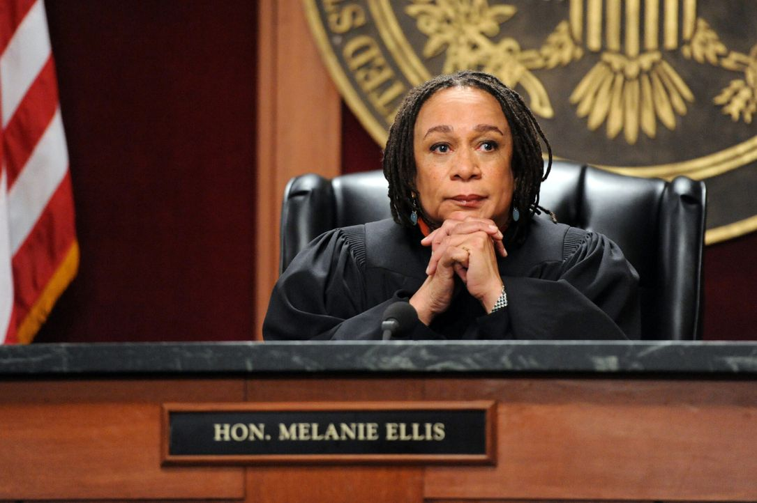 Die Richterin Ellis (S. Epatha Merkerson) hat den Vorsitz bei einem ganz besonders wichtigen Prozess ... - Bildquelle: David M. Russell 2012 CBS Broadcasting, Inc. All Rights Reserved