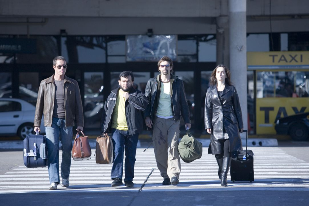 Die vier Bankräuber (v.l.n.r.) Carlos (Tony Dalton), Leserio (Silverio Palacios), Leonardo (Jordi Mollá) und Monica (Ana de la Reguera) können mit 1...