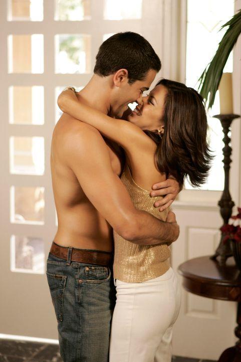 Gabrielle (Eva Longoria, r.) schwelgt in Gedanken wie es wäre, wenn John (Jesse Metcalfe, l.) und sie wieder ein Paar wären ... - Bildquelle: 2005 Touchstone Television  All Rights Reserved