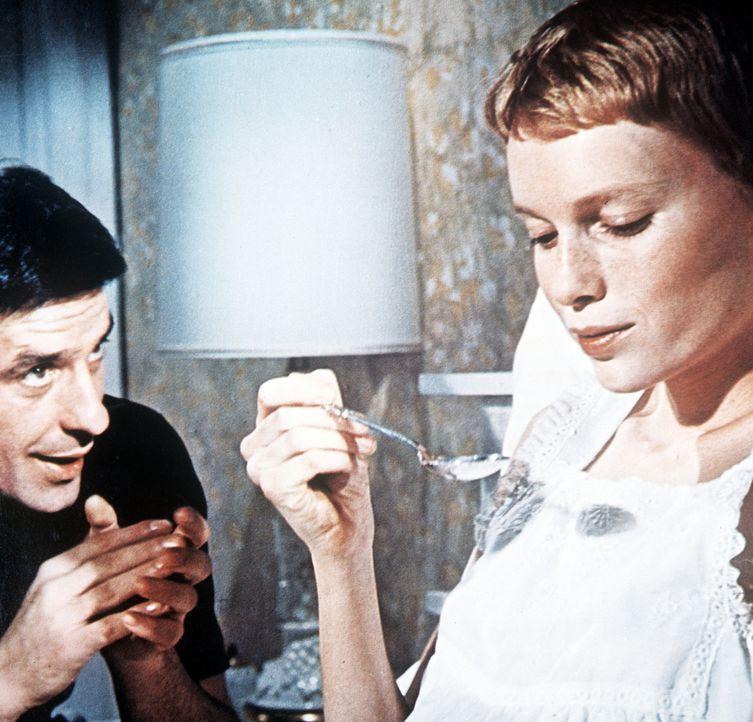 Guy (John Cassavetes, l.) will der misstrauischen Rosemarie (Mia Farrow, r.) klar machen, dass es die Nachbarin mit dem seltsamen Kräutertrank nur g... - Bildquelle: Paramount Pictures