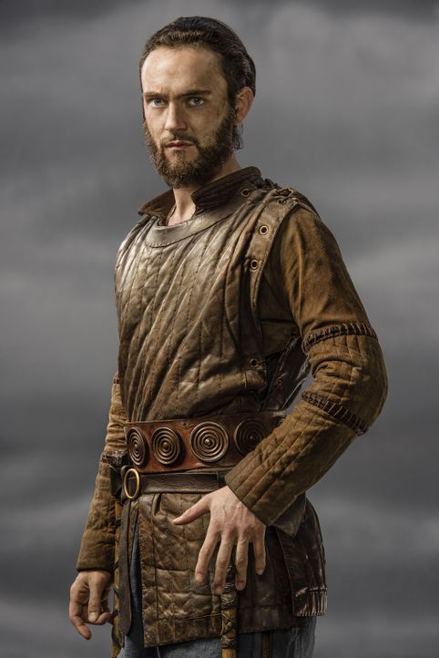 (3. Staffel) - Zieht sich den Zorn von Floki zu, als er zu Ragnars engstem Vertrautem wird: Athelstan (George Blagden) ... - Bildquelle: 2015 TM PRODUCTIONS LIMITED / T5 VIKINGS III PRODUCTIONS INC. ALL RIGHTS RESERVED.