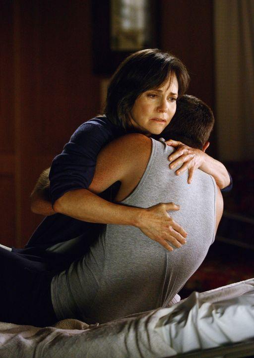 Nicht nur Justins (Dave Annable, r.) äußerlichen Wunden bereiten Nora (Sally Field, l.) grund zur Sorge ... - Bildquelle: Disney - ABC International Television