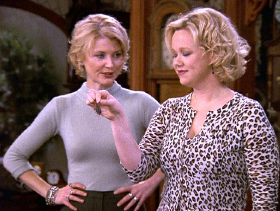 Das Uhrengeschäft von Hilda (Caroline Rhea, r.) und Zelda (Beth Broderick, l.) läuft nicht gut ... - Bildquelle: Paramount Pictures
