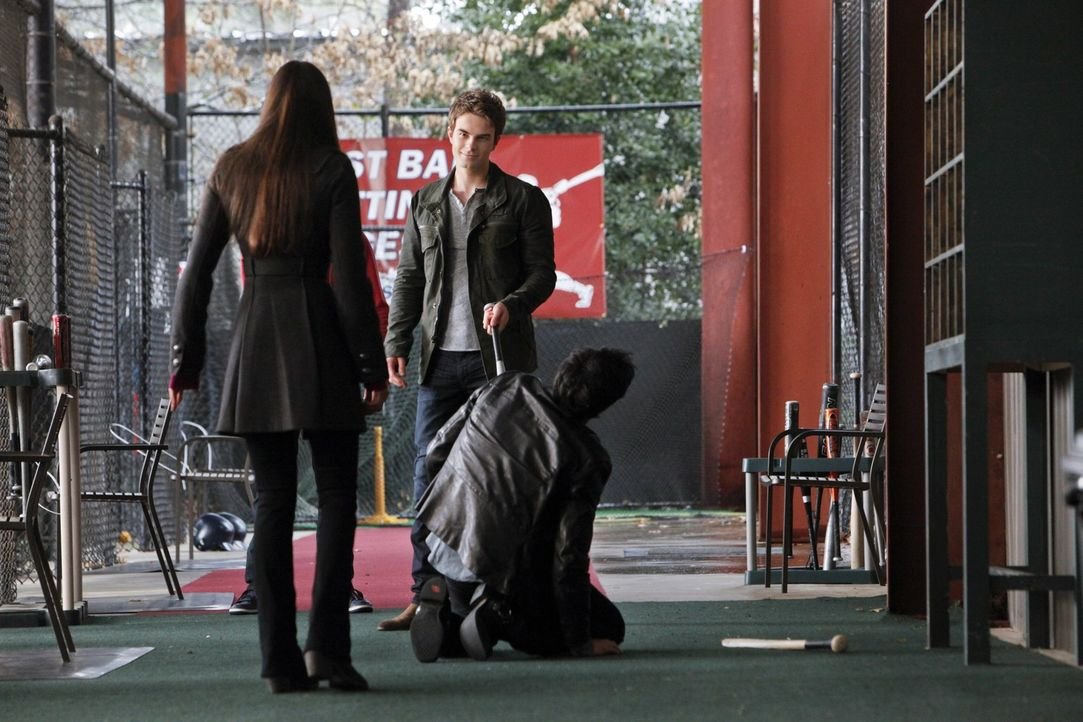 Gemeinsam sind Damon (Ian Somerhalder, r.) und Elena (Nina Dobrev, l.) auf dem Weg nach Denver, um mit Hilfe von Jeremy den Geist von Rose zu befrag... - Bildquelle: Warner Brothers