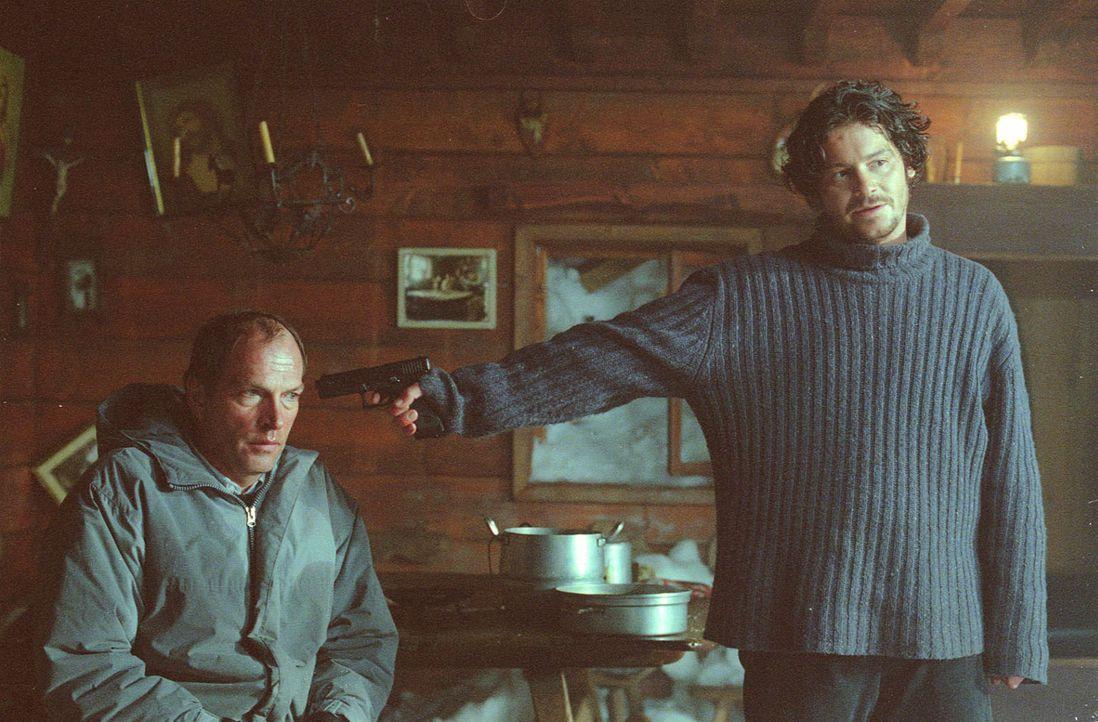 Der mutmaßliche Frauenmörder Martin Bose (Fritz Karl, r.) ist kurz davor durchzudrehen und bedroht Dr. Meinert (Herbert Knaup, l.). - Bildquelle: Laemmerer Cinemakers