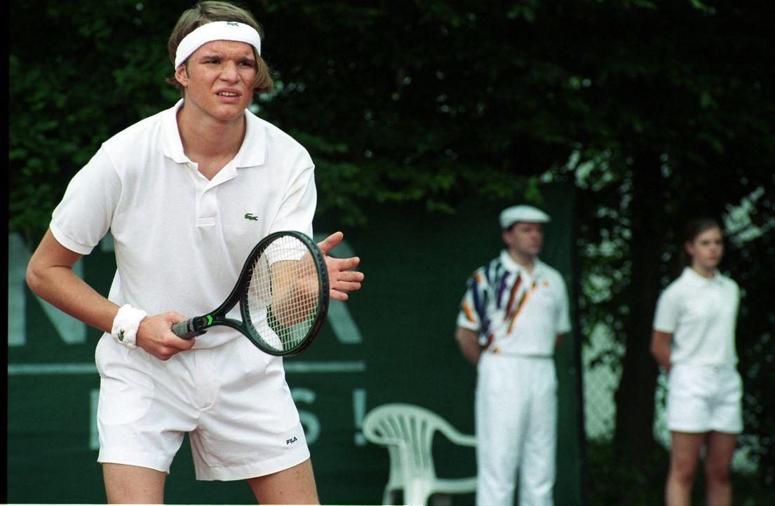 """Trotz seiner noch jungen 19 Jahre, gehört Tim (Tobias Schenke) schon zu den """"Top of the World"""" der angehenden Tennis-Profis. - Bildquelle: Akkord Film Produktion GmbH"""