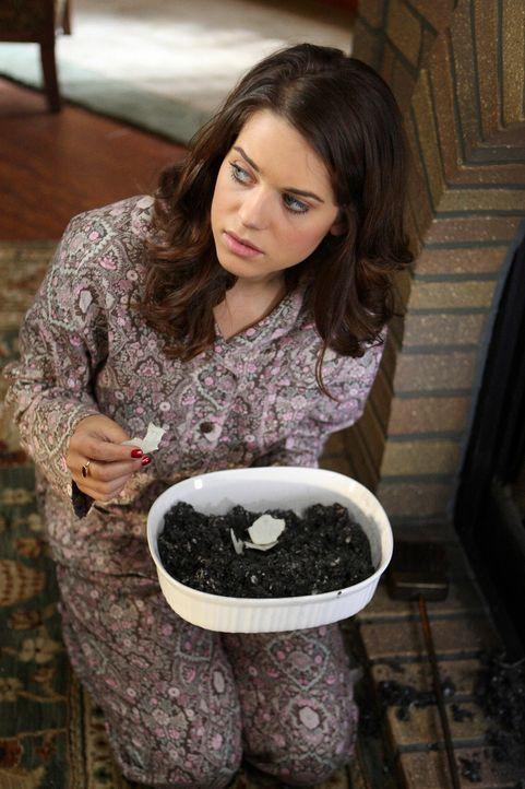 Dylan (Lyndsy Fonseca) findet die Überreste eines verbrannten Zettels. Will ihre Mutter Katherine ihr etwas verheimlichen? - Bildquelle: ABC Studios