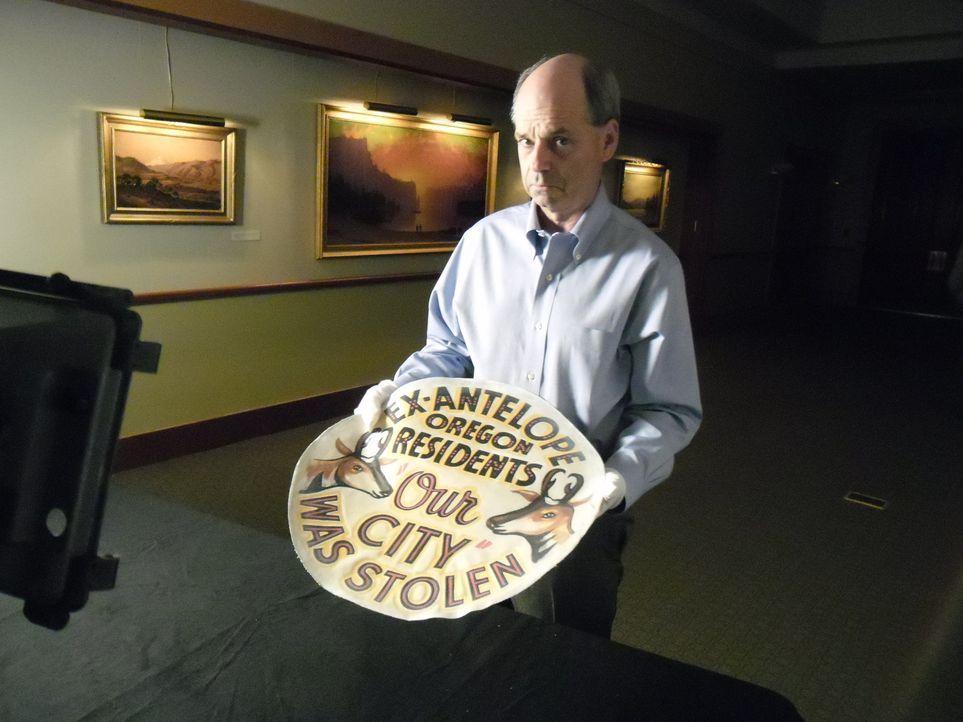 Auf seiner Reise in das Oregon Historical Society Museum entdeckt Don Wildman eine einfache Reifenabdeckung, die jedoch eine Warnung vor einer bizar... - Bildquelle: The Travel Channel, L.L.C. All rights reserved.