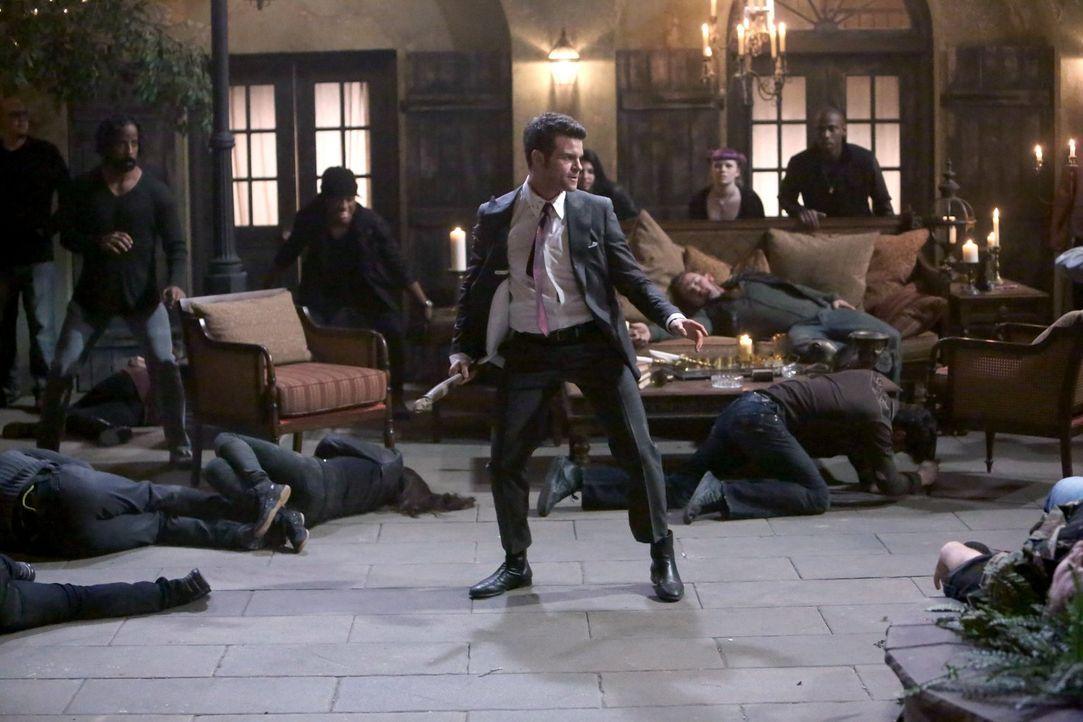 Noch ahnt Elijah (Daniel Gillies, M.) nicht, gegen wen er wirklich kämpfen sollte ... - Bildquelle: Warner Bros. Television