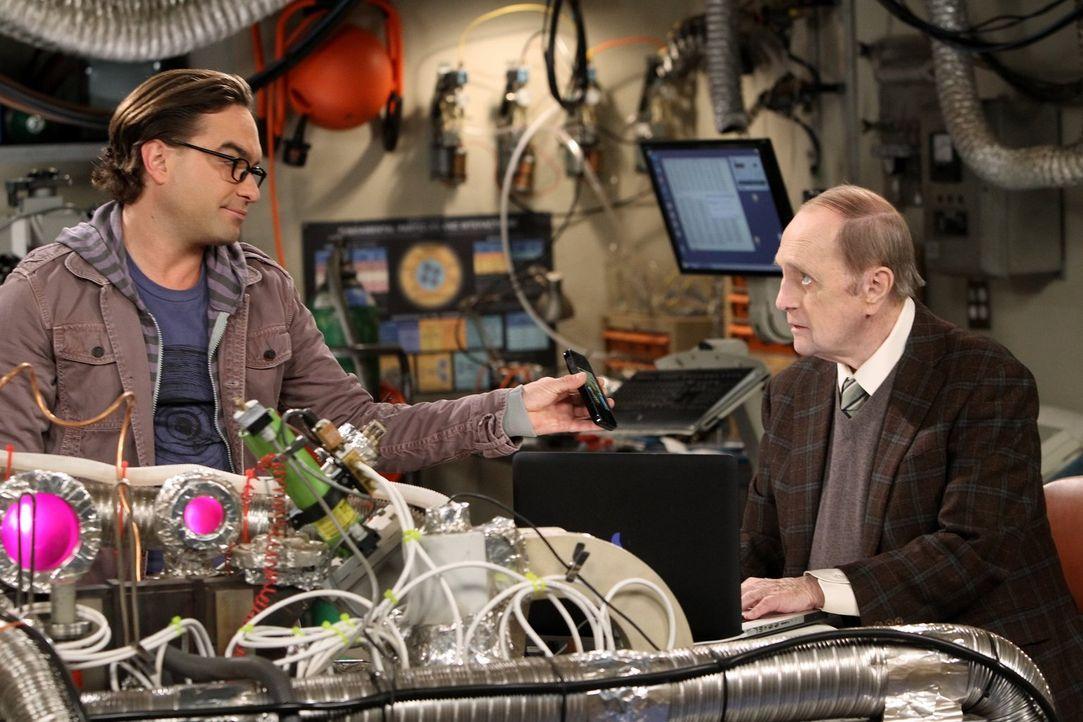 Sheldon ist gekränkt, als Professor Proton (Bob Newhart, r.) einen Ratschlag von Leonard (Johnny Galecki, l.) erbittet anstatt von ihm. Er sinnt auf... - Bildquelle: Warner Bros. Television