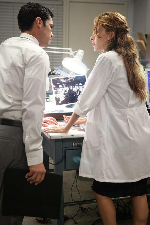 Det. Scott Valens (Danny Pino, l.) und Frankie (Tania Raymonde, r.) untersuchen Fotos, die eventuell einen Hinweis auf den Mörder enthalten ... - Bildquelle: Warner Bros. Television