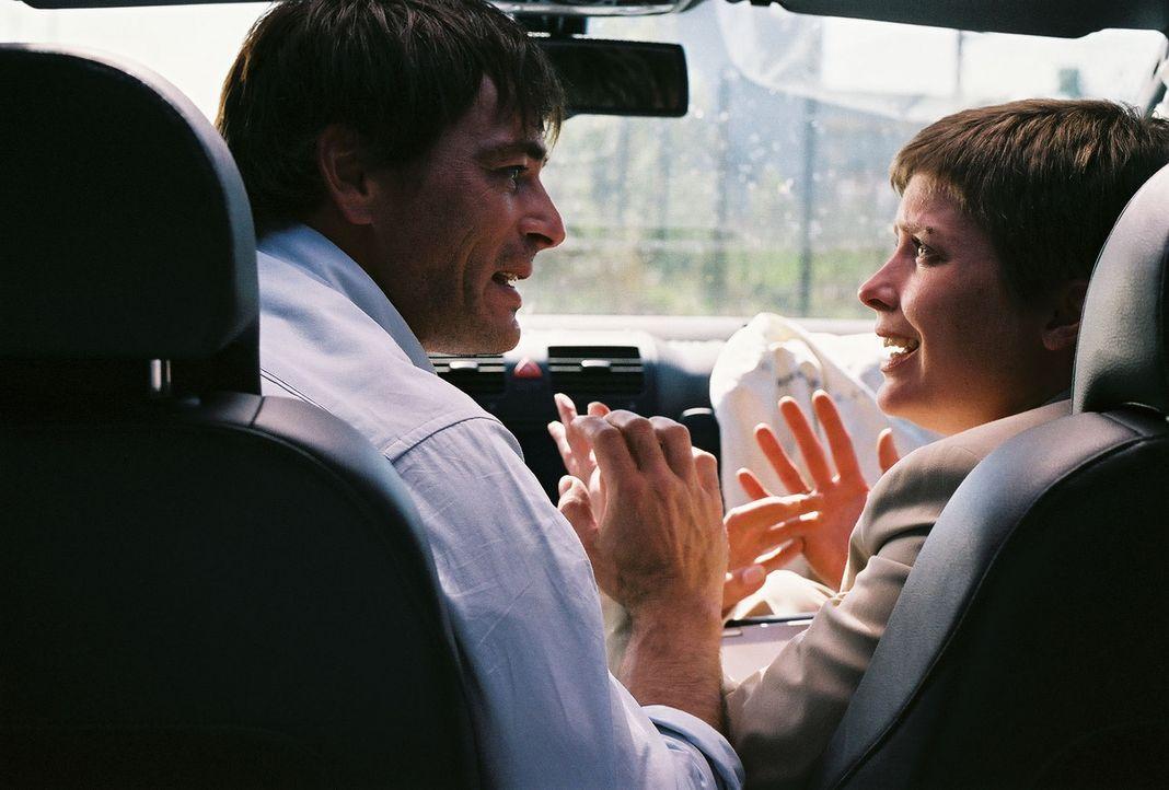 Zwei wie Hund und Katz gefangen in einem hoch explosiven Auto: Ben (Jan Sosniok, l.) und Kristina (Valerie Niehaus, r.) ... - Bildquelle: Prosieben