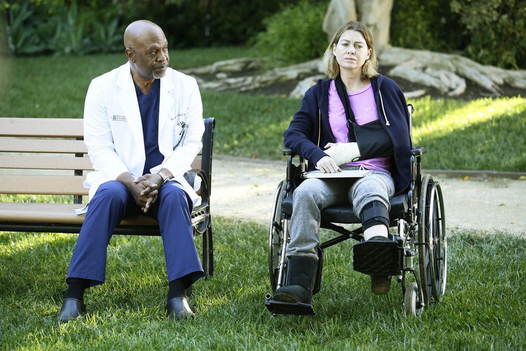 Nachdem Meredith (Ellen Pompeo, r.) brutal von einem Patienten angegriffen wird, ist es Penny, die sie entdeckt. Webber (James Pickens Jr., l.) und... - Bildquelle: Nicole Wilder ABC Studios