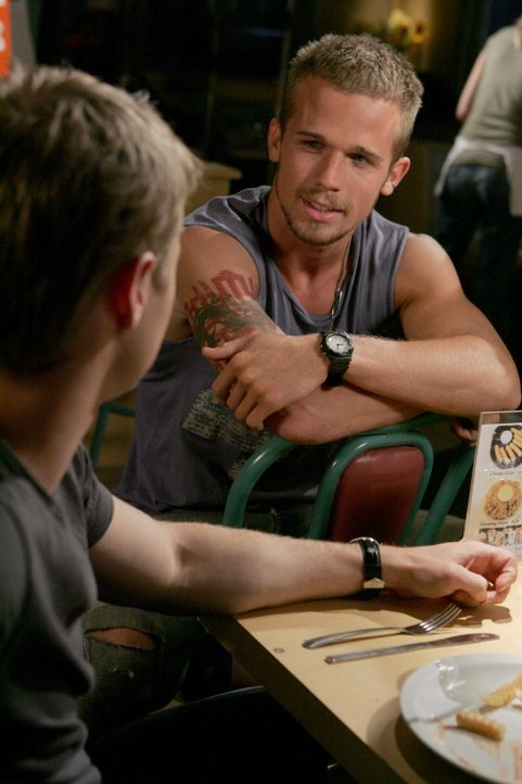 Marissa zuliebe lässt sich Ryan (Benjamin McKenzie, l.) auf den Zweikampf mit Kevin (Cam Gigandet, r.) nicht ein ... - Bildquelle: Warner Bros. Television