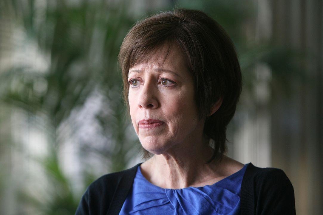 Die Bankangestellte Ruth Boddicker (Allyce Beasley) wendet sich mehrfach an ihren Boss. Sie behauptet geträumt zu haben, dass die Bank überfallen wi... - Bildquelle: Paramount Network Television