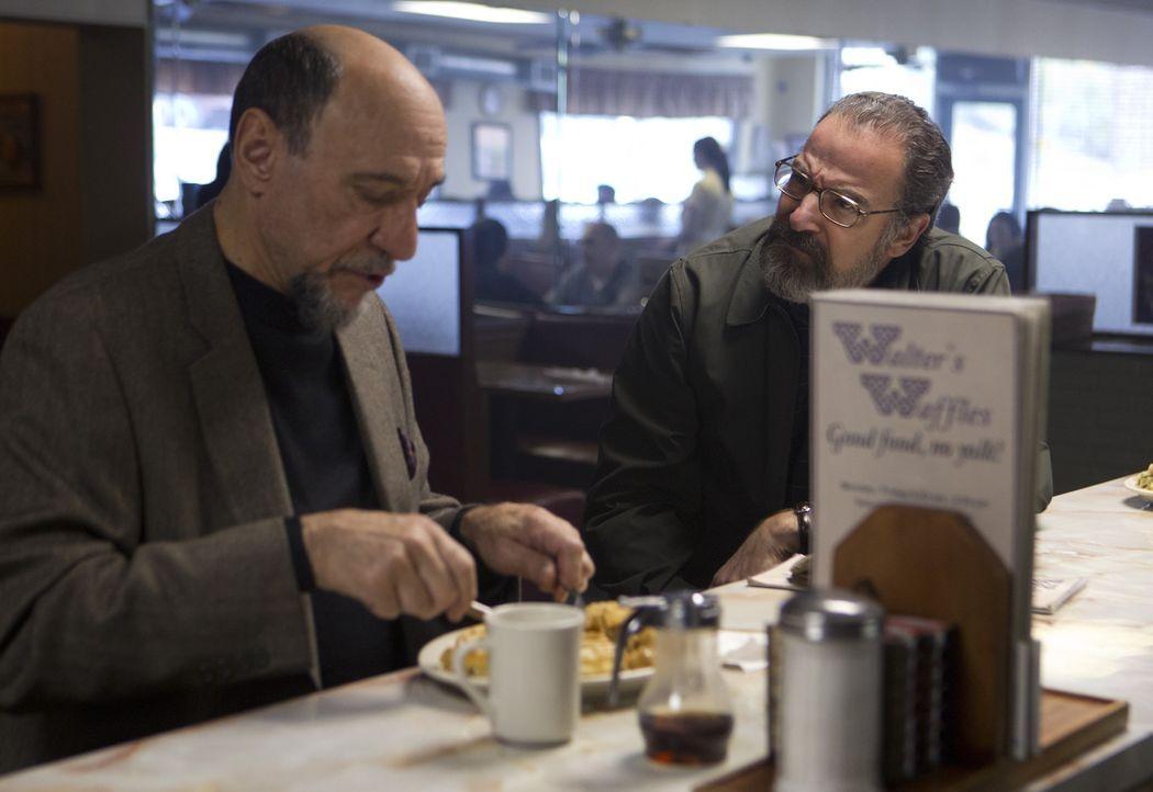 Um an Informationen über Peter Quinn zu kommen, sucht Saul (Mandy Patinkin, r.) Dar Adal (F. Murray Abraham, l.) auf. Doch wird dieser ihm wirklich... - Bildquelle: 20th Century Fox International Television