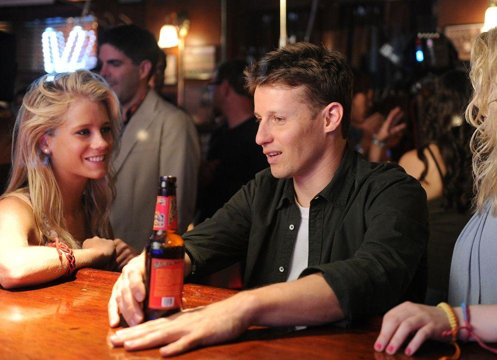 In einer Bar wird Jamie (Will Estes, r.) von Mandy (Cassidy Gifford, l.) angebaggert, was ihr Freund ganz und gar nicht witzig findet ... - Bildquelle: 2011 CBS Broadcasting Inc. All Rights Reserved