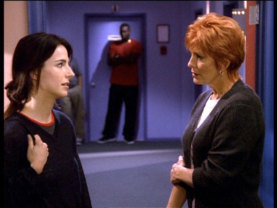 Madison Wesley (Joanna Cassidy, r.) stellt Lisa (Lisa Sheridan, l.), die wieder Rückfällig geworden ist, zur Rede ... - Bildquelle: Viacom