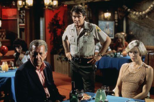Quincy - Quincy (Jack Klugman, l.) und seine Freundin Lee (Lynette Mettey, r....