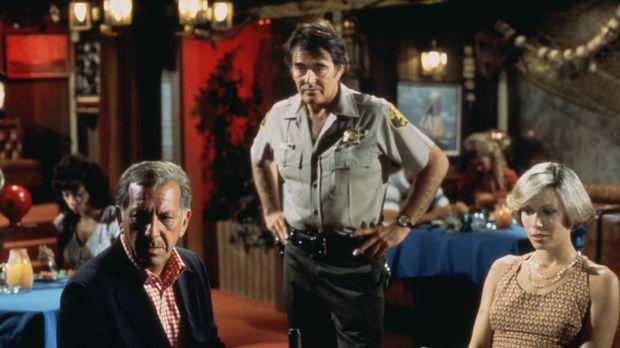Quincy (Jack Klugman, l.) und seine Freundin Lee (Lynette Mettey, r.) verbrin...