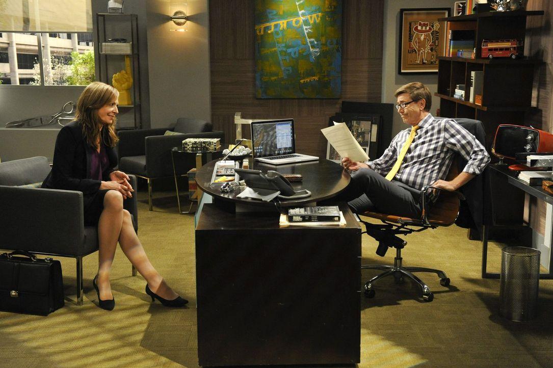 Bonnie (Allison Janney, l.) sucht nach einem Job. Doch wird Kenneth (Jim Piddock, r.) sie wirklich einstellen? - Bildquelle: Warner Bros. Television