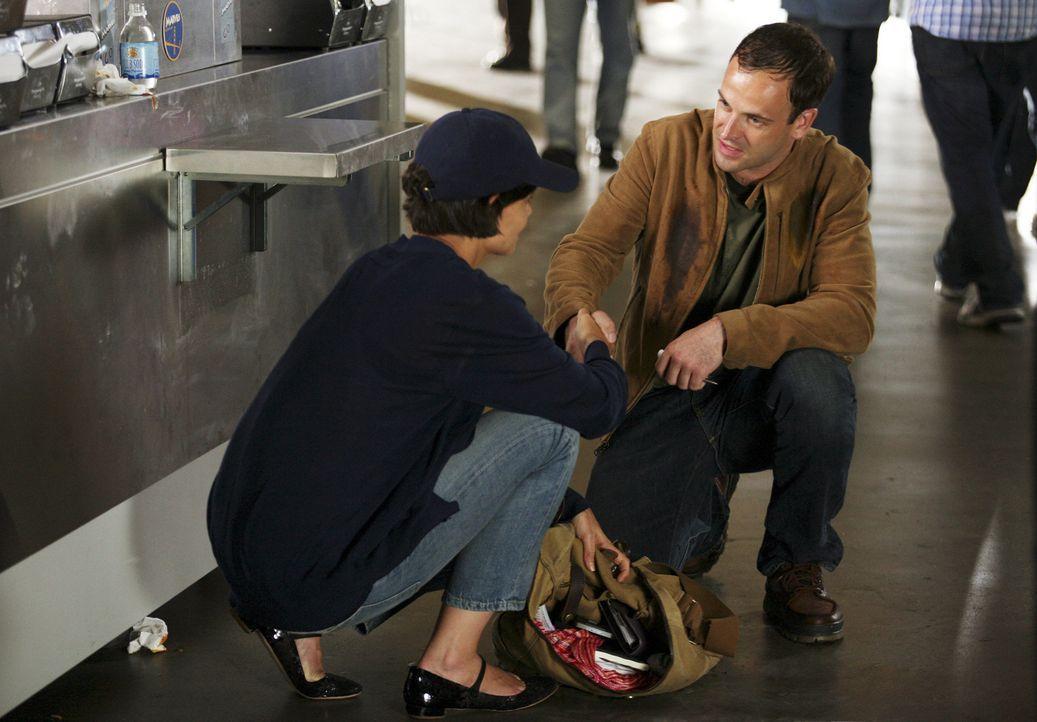 Seine Vision ist real: Eli (Jonny Lee Miller, r.) und Grace (Katie Holmes, l.) ... - Bildquelle: Disney - ABC International Television
