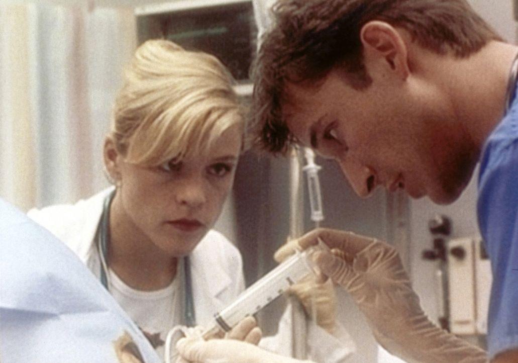 Medizinstudentin Harper (Christine Elise, l.) begutachtet Carters (Noad Wyle, r.) Vorgehensweise. - Bildquelle: TM+  WARNER BROS.