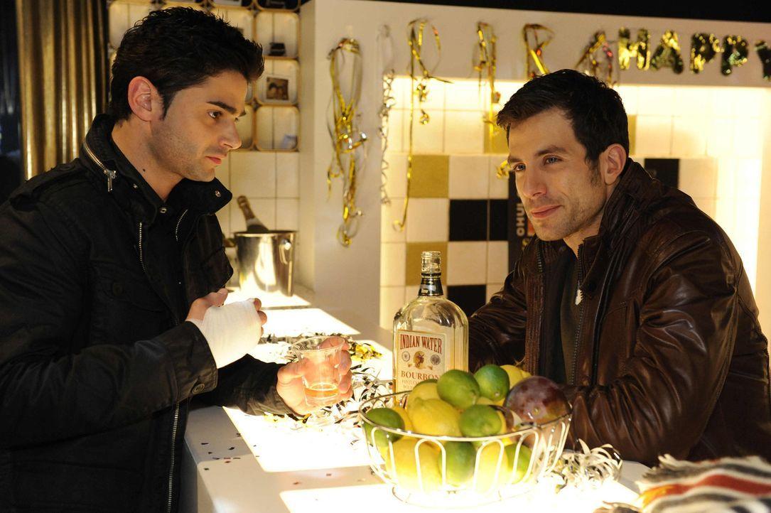 Michael (Andreas Jancke, r.) entschließt sich, Sebastian (Matthias Kofler, l.) zu helfen ... - Bildquelle: SAT.1