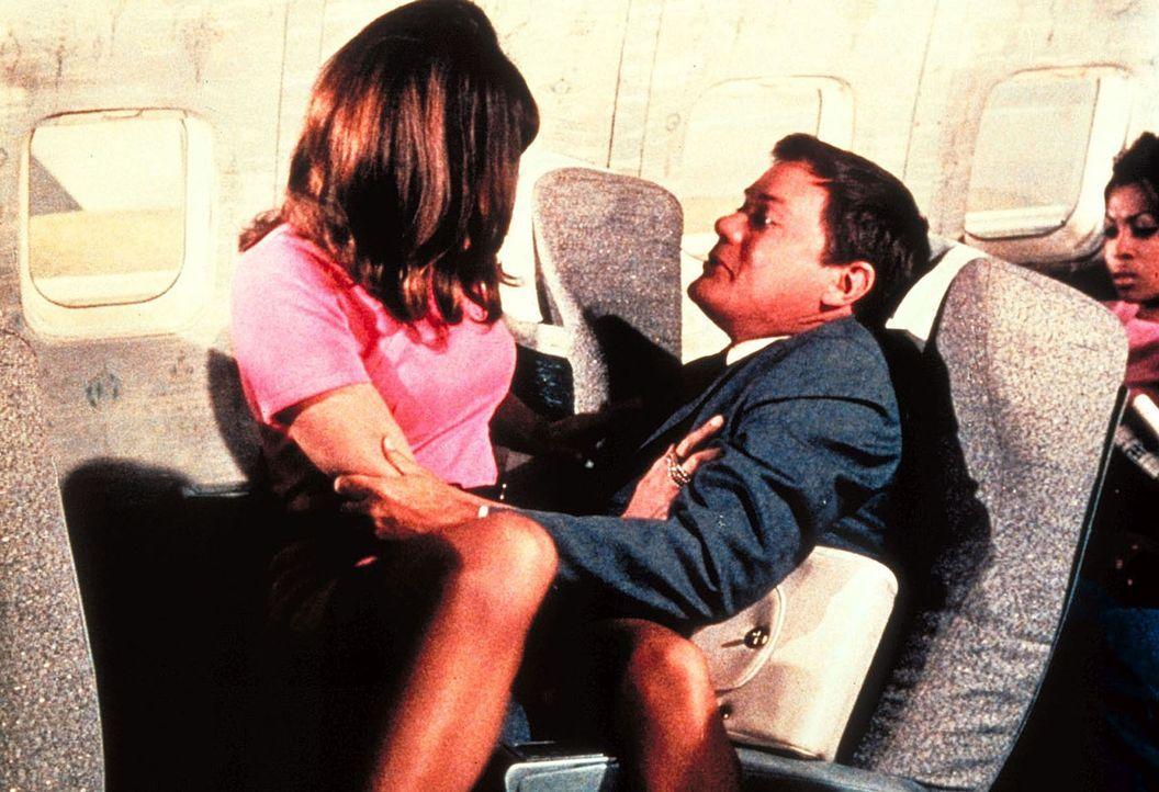 Während eines Fluges wird Tony (Larry Hagman, r.) von der hübschen Valerie (Sabrina Scharf) angemacht. - Bildquelle: Columbia Pictures