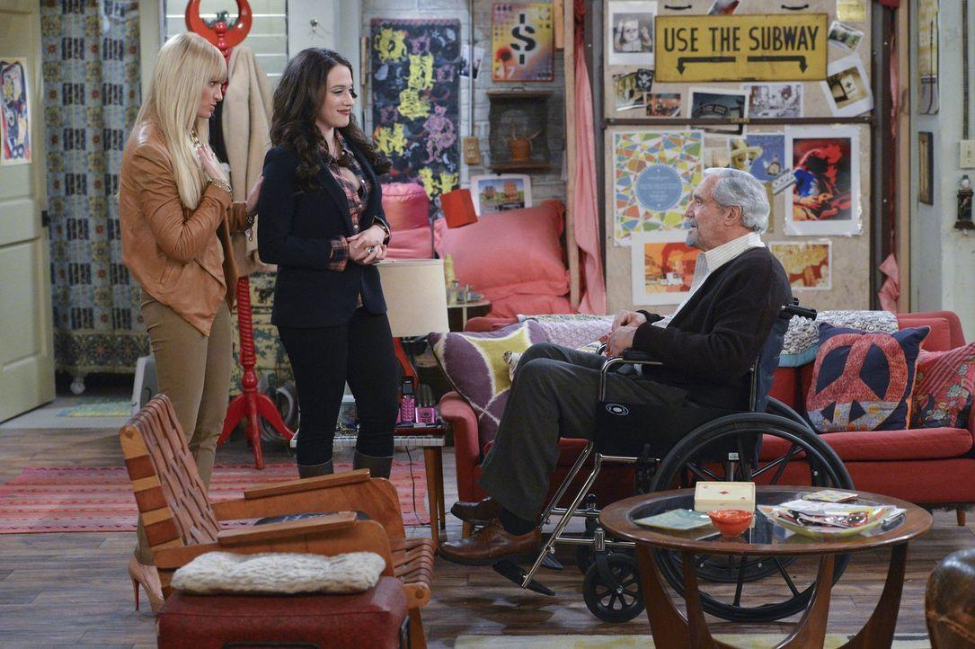 Damit die Pacht ihrer Wohnung verlängert wird, brauchen Max (Kat Dennings, M.) und Caroline (Beth Behrs, l.) Hilfe von Lester (Hal Linden, r.) ... - Bildquelle: Warner Bros. Television