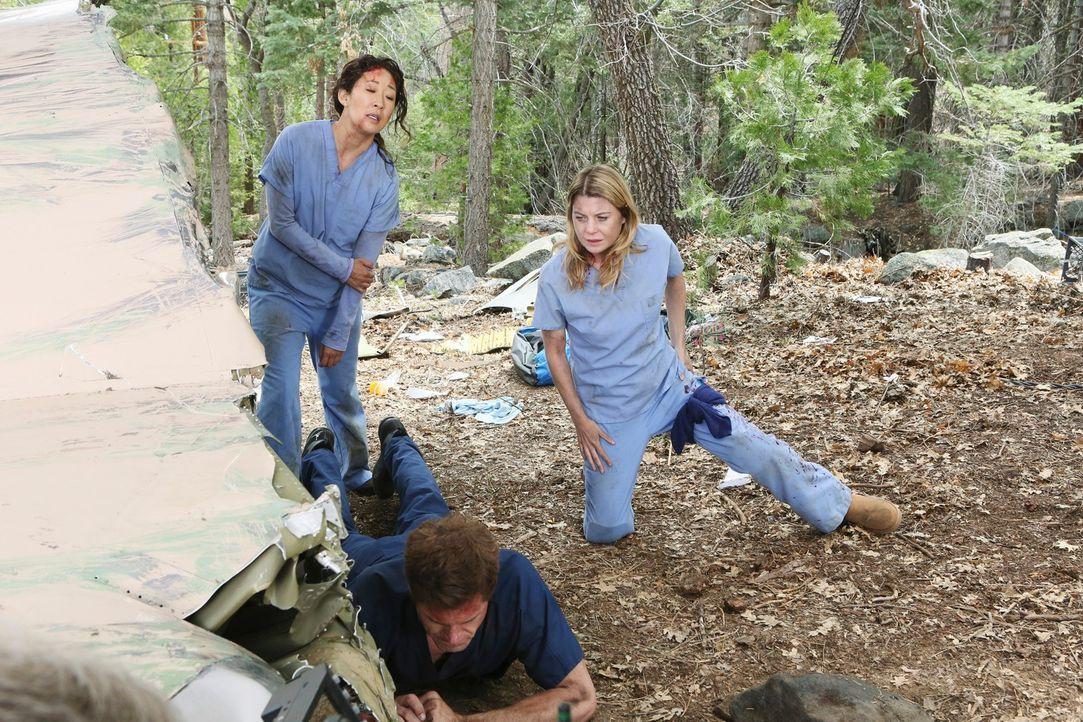 Während Mark (Eric Dane, M.), Meredith (Ellen Pompeo, r.) und Cristina (Sandra Oh, l.) um das Leben von Lexie kämpfen, ahnen ihr Freunde und Kollege... - Bildquelle: Touchstone Television